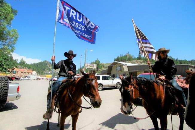 加挺川普總統的「牛仔挺川普」後援會創始人格里芬最近因為講錯話,立遭川普競選團隊劃清界線。圖為該後援會7月初在南達科他州為川普選舉造勢。(美聯社)