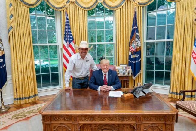 加挺川普總統的「牛仔挺川普」後援會創始人格里芬最近因為講錯話,立遭川普競選團隊劃清界線。(取自臉書)