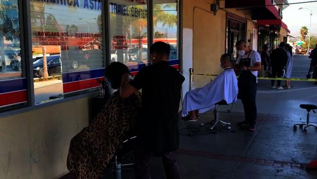 位于罗兰冈的这家华人理发店搬到户外服务。 (记者李雪/摄影)