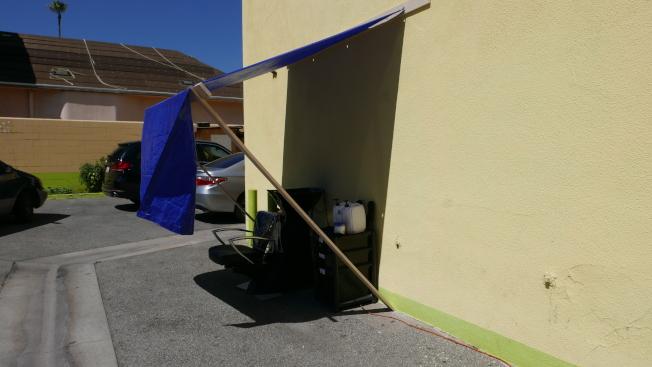 巴市的「Magic Beauty Salon」发廊将洗头池设置在店后方的停车场有接水管处。 (记者李雪/摄影)