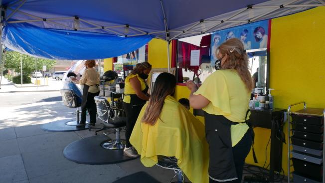 巴市的「Magic Beauty Salon」发廊店外的人行道边摆理发位,反而招揽了许多路人的生意。 (记者李雪/摄影)