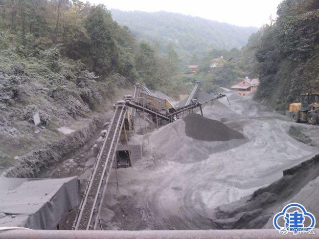 李思俠舉報家鄉的兩間石料廠有污染環境、損毀道路等情況。(取材自津雲新聞)
