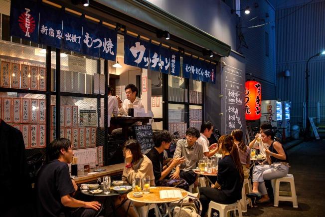 日本東京新橋區的餐館仍見不少顧客。(Getty Images)
