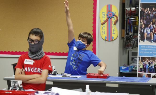 驚傳喬治亞州的少年夏令營傳染新冠病毒,四分之三學童被傳染。圖為在德州威利高中內的夏令營,學員都有戴口罩。(美聯社)