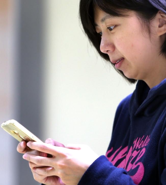 手機不離手,小心病痛找上你。(本報資料照片)
