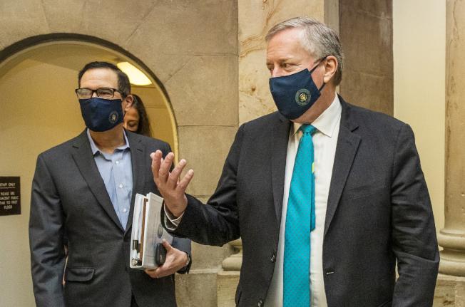 國會共和民主兩黨議員周六加班協商新一輪的新冠疫情紓困法案,進展有限。圖為代表白宮的財政部長米努勤(左)與幕僚長梅度斯。(美聯社)