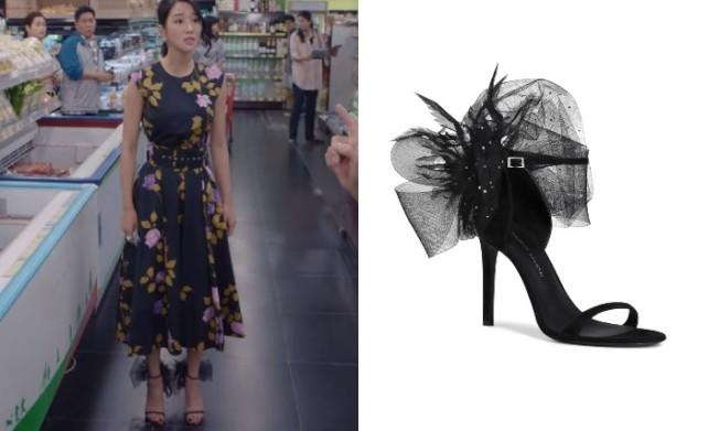 《雖然是精神病但沒關係》的徐睿知也穿過Giuseppe Zanotti秋冬的黑色Odile高跟涼鞋。摘自Netflix、品牌提供