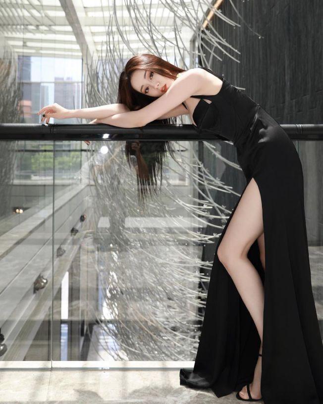 迪麗熱巴身穿一襲黑色長禮服配Stuart Weitzman的黑色極細繫帶高跟涼鞋。摘自微博