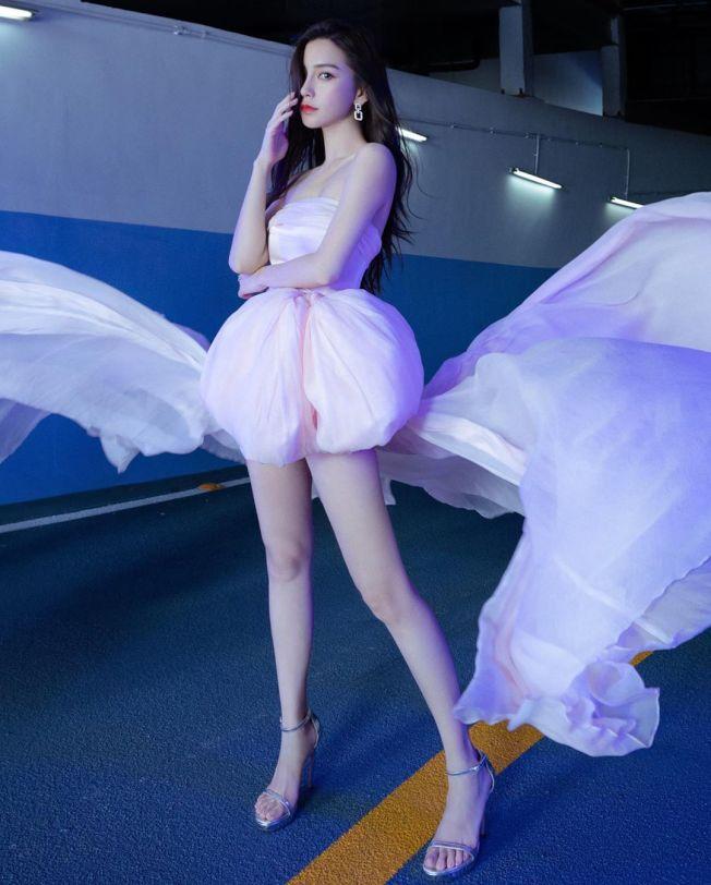 Angelababy穿夢幻粉色大禮服配銀色的細繫帶高跟涼鞋。圖/摘自微博