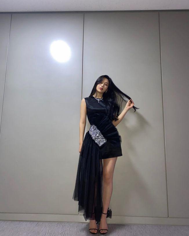 Red Velvet成員朴秀英(Joy)也穿過Giuseppe Zanotti秋冬的黑色Odile高跟涼鞋。圖/Giuseppe Zanotti提供