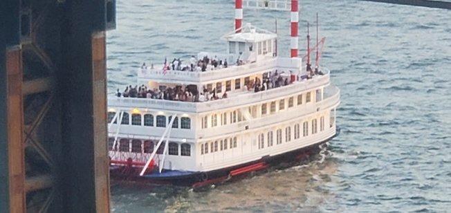 一艘滿載人群的「自由美女號」派對船無視於政府防疫規定,到海上舉辦派對。(取自兩橋高樓居民組織推特)