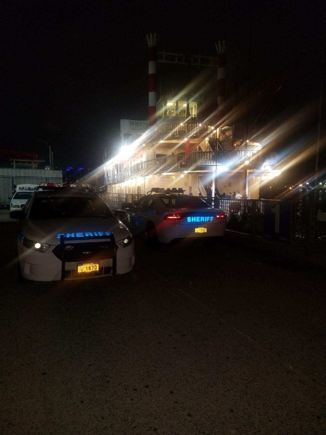警方在2日凌晨逮捕派對船的業主與船長。(取自市警長辦公室推特)