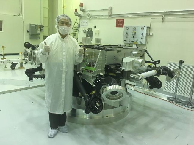 彭家彥和堅毅號火星車。(彭家彥提供)