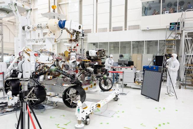 圖為去年8月,工程師們正在測試「堅毅號」。(NASA/JPL-Caltech提供)