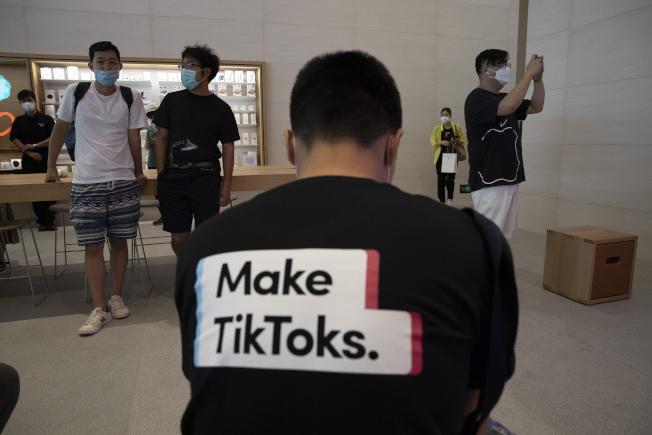 川普總統最快可能於3日或4日針對社群媒體抖音潛藏的危害國家安全的風險,宣布採取行動。圖為一位穿著抖音T恤的男子在北京的蘋果店裡。(美聯社)