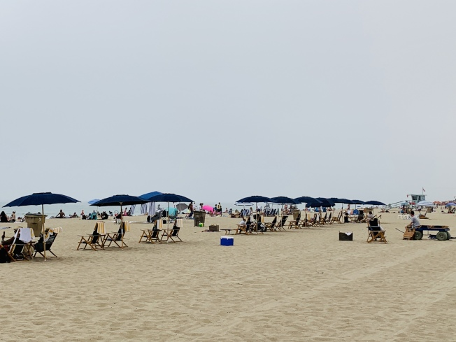 海灘上的乘涼椅,有保持社交距離。(記者陳開/攝影)