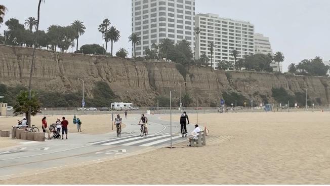 用作跑步、騎自行車的步道等與陌生人無法保持30呎以上社交距離的區域,不按要求佩戴口罩者仍隨處可見。 (記者陳開/攝影)
