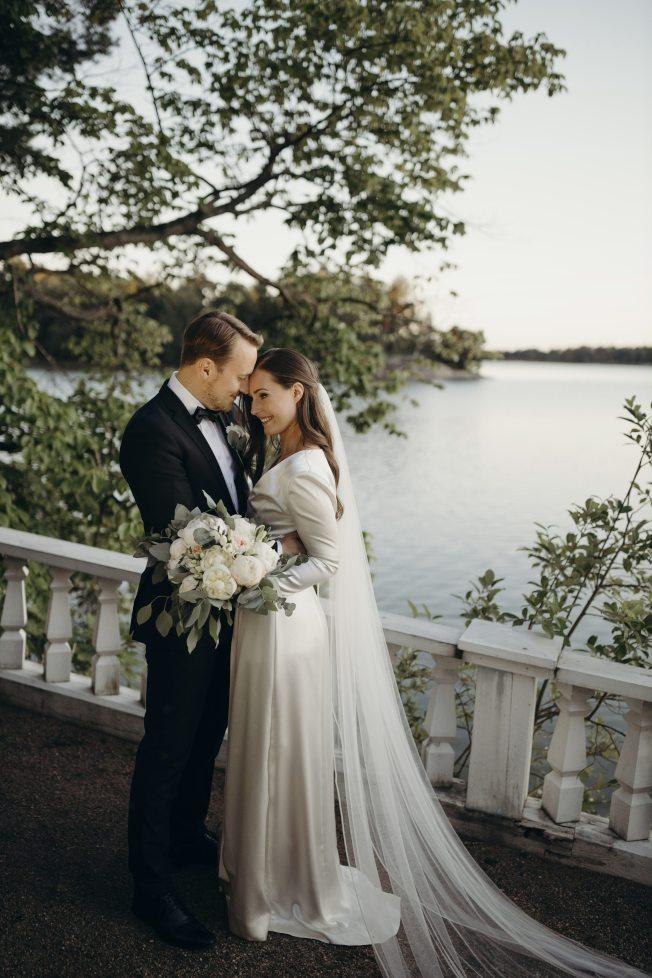 芬蘭總理馬林(右)與男友雷克南(左)2日在赫爾辛基總理官邸完婚。(美聯社)