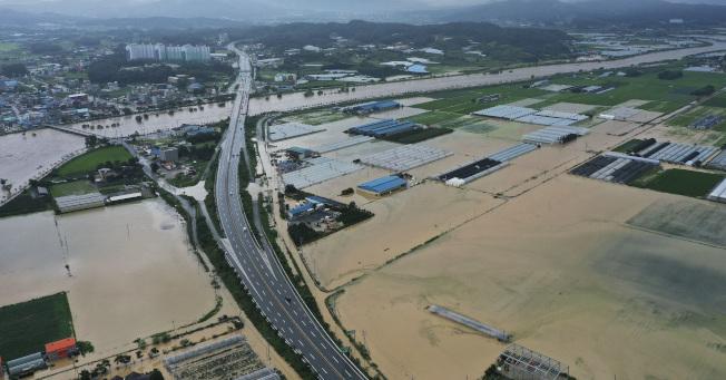 南韓中部強風暴雨成災,至少有6人死亡,7人失蹤。(美聯社)