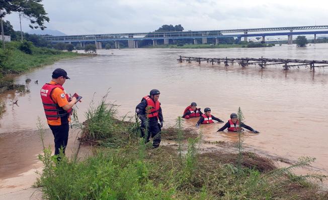 南韓中部部分地區洪水氾濫,忠清北道忠州市1名消防員2日在防汛過程中被急流捲走,搜救團隊搶救中。(歐新社)
