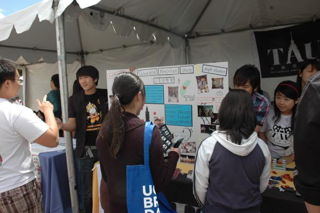 華裔新生在洛加大台灣同學會攤位前諮詢。(記者丁曙/攝影)