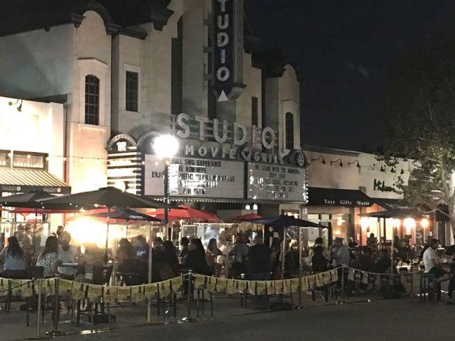蒙羅維亞市老城區周末晚上10點多,戶外用餐區有數百位食客用餐喝酒,人聲鼎沸,好像夜市。(本報記者/攝影)