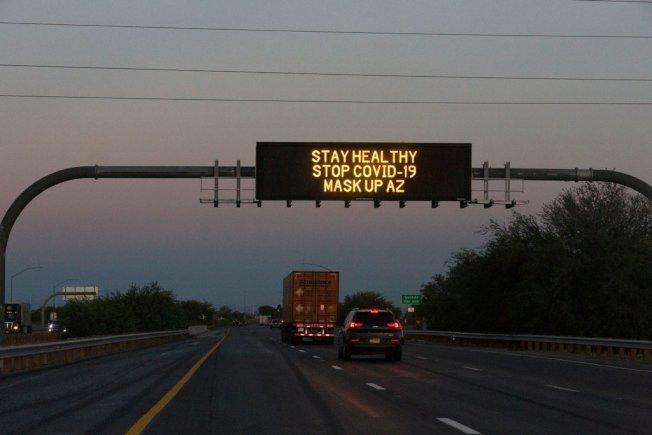 戴口罩仍是最有效的防疫辦法。圖為公路電子看板打出要人戴口罩的字句。(Getty Images)