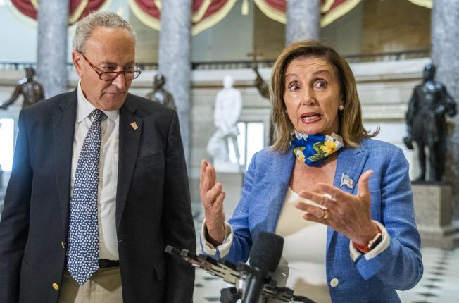 國會共和民主兩黨議員周六協商新一輪的紓困法案,兩黨糾結在失業津貼的額。圖為民主黨眾院議長波洛西(右)及參院少數黨領袖舒默(左)1日在國會發表談談話。(美聯社)