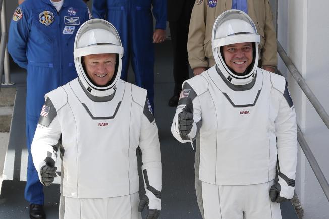 兩名太空人貝肯(右)與赫利(左)在5月30日升空前表示一切順利。(美聯社)