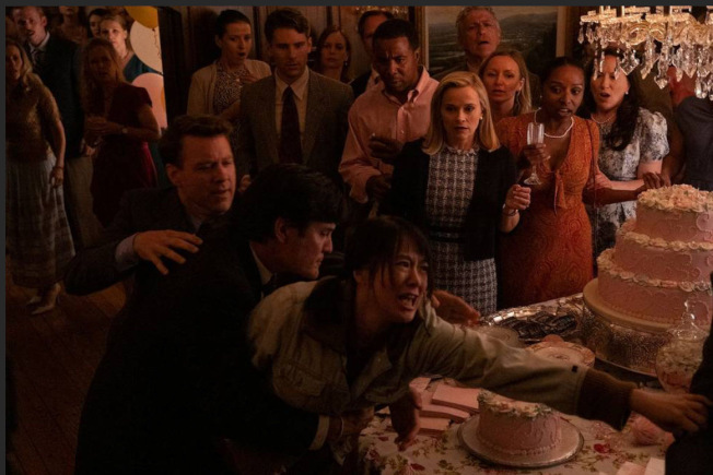黃璐在《星星之火》的第一場戲是衝進收養孩子的白人夫婦家搶女兒。(黃璐提供)