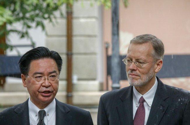 故總統李登輝的追思會所設在台北賓館第三天,上午外交部長吳釗燮(左)及美國在台協會處長酈英傑(右)連袂前往弔唁。 聯合報記者鄭超文/攝影