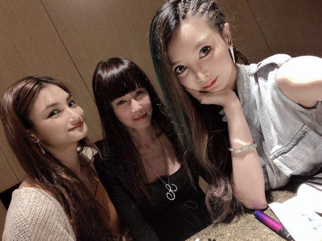 羅霈穎(中)7月9日才與姐妹吃飯,留下最後的身影。圖/摘自臉書