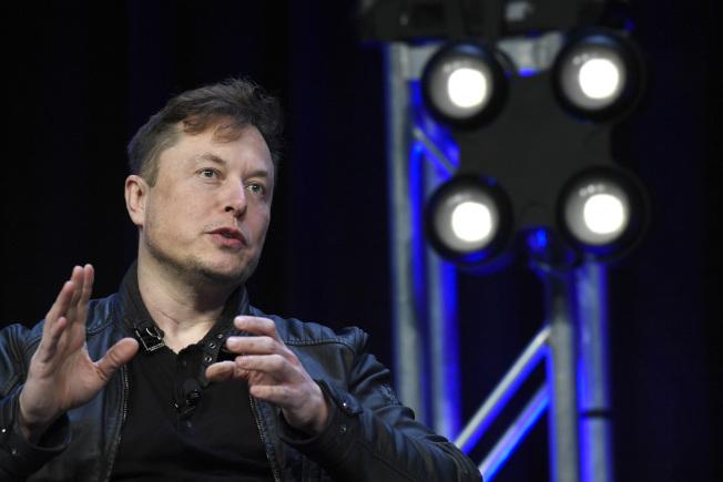 馬斯克在最新的媒體訪談中表示,有可能在美國設立第三座電動車製造廠。(美聯社)