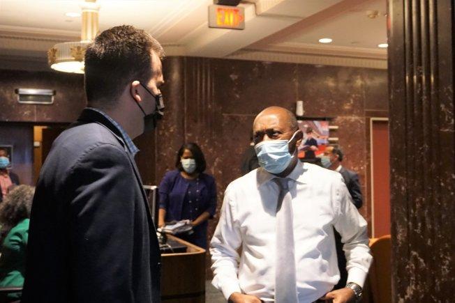 休士頓市長特納(右)警告拒戴口罩的民眾,最高罰250元。( 特納臉書)