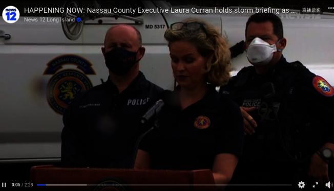 庫倫(講話者)表示,熱帶風暴伊賽亞斯已抵達當地,預計將在下午2時到4時期間,帶來暴雨與強風,最高風速達每小時70哩。(News12截圖)