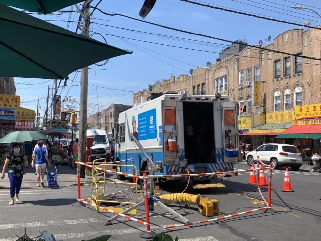 愛迪生電力公司正在維修老化供電系統。(記者黃伊奕/攝影)