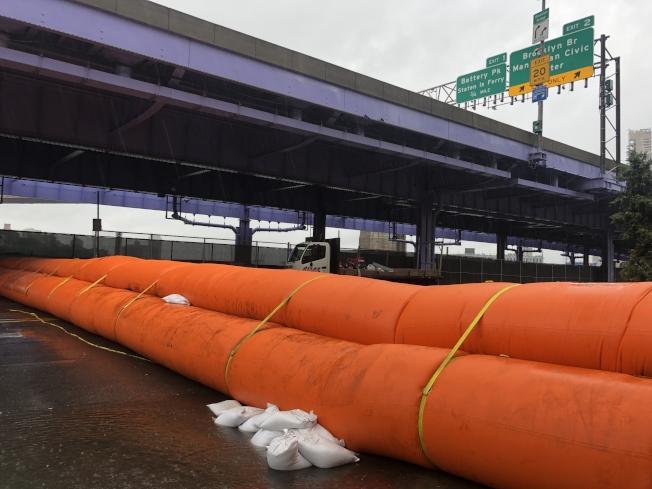 曼哈頓下城最易受風暴洪水影響,封街預警,沙袋氣囊就緒。(記者張晨/攝影)