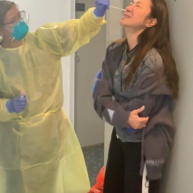 楊紫瓊為了拍攝新作、要搭機前接受痛苦的新冠肺炎採檢。圖/摘自Instagram