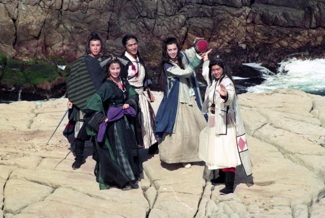 甄子丹(左起)、楊紫瓊、梁朝偉、王祖賢、林志穎為「新流星蝴蝶劍」到北海岸著名的龍洞出外景。圖/報系資料照片