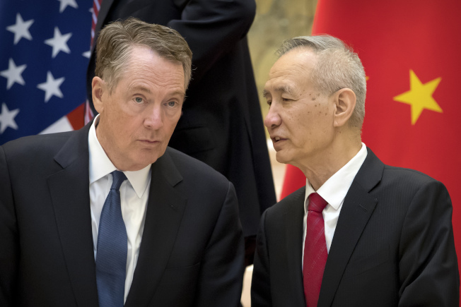 圖為美國貿易代表賴海哲(左)及中國國務院副總理劉鶴。(美聯社)