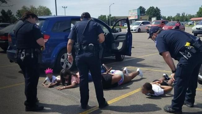 科羅拉多州一名非裔婦人2日開車載著6歲女兒、12歲妹妹以及分別為14歲、17歲姪女要前往美甲沙龍做指甲,不料被員警攔查,懷疑車輛來路不明。員警持槍喝令所有人下車,趴在地上等候搜查。婦人與兩名少女被戴上手銬,女童則嚇得哇哇大哭。(KMOV電視台截圖)