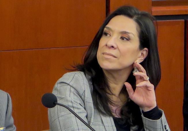 新澤西州拉美裔聯邦法官沙拉斯3日首度針對兒子遭槍殺、丈夫受重傷事件發表聲明,呼籲在日益嚴峻的網路威脅下,法界人士隱私和人身安全應獲更多保障。(美聯社)