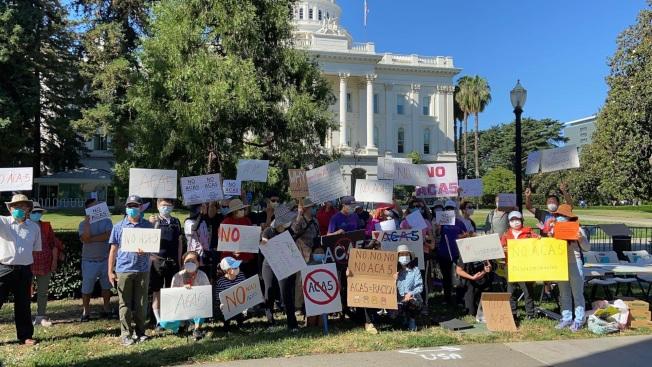 反對第16號提案的民眾,舉行示威呼籲11月投反對票。(本報檔案照片)