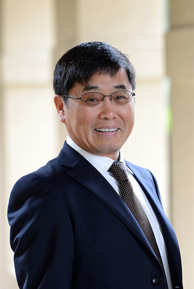 河濱加大商學院華裔院長王雲增讓商學院晉級全美百名最佳商學院。(商學院提供)