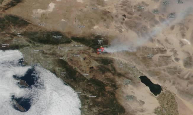 NASA衛星近日拍到的蘋果大火燃燒煙霧景象。(NASA)