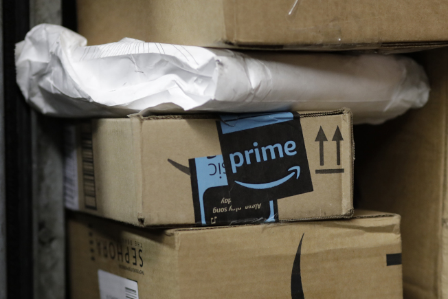 亞馬遜上的不法賣家為了刷好評,盜用民眾地址寄包裹。(美聯社)