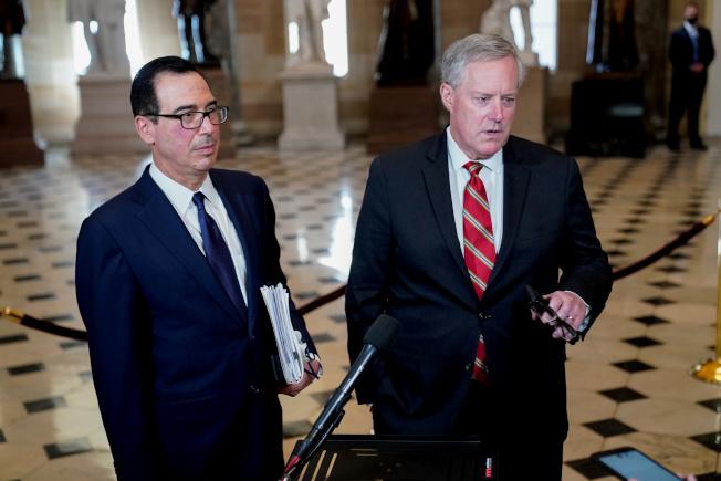 美國財長米努勤(左)和白宮幕僚長梅杜斯。(路透)