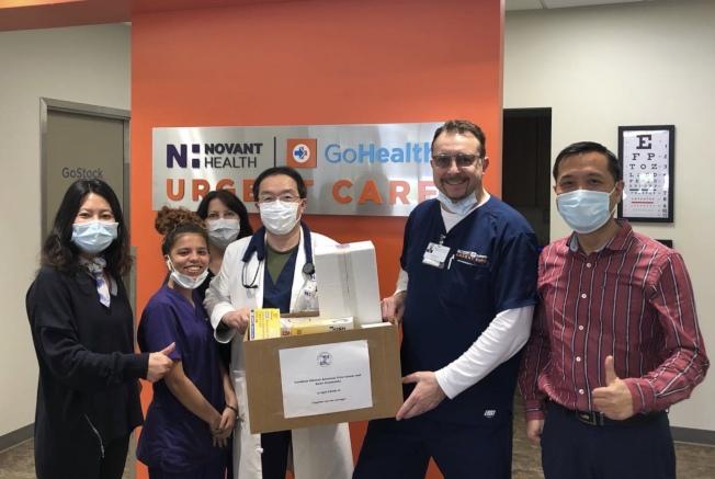 曾廣斌醫生(右三)接受華人社區贈送的醫護用品。(取自americachineselife.com)