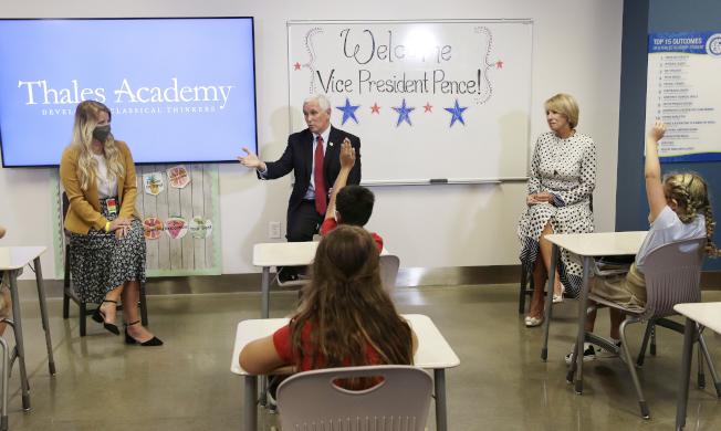 潘斯造訪北卡私校Thales Academy,鼓勵學校重新開放。(美聯社)