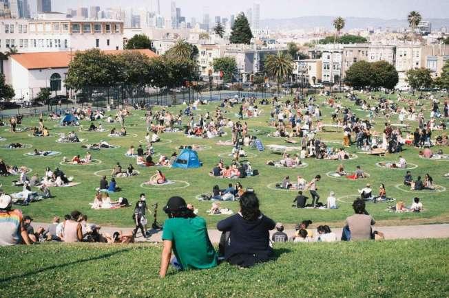 舊金山多洛斯公園周末人聲鼎沸,專家形容場景是驚悚片的新冠版。(取自Instagram)